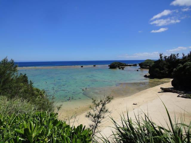 天然プライベートビーチまで徒歩2分 遠浅で海の色の変化が鮮やかです