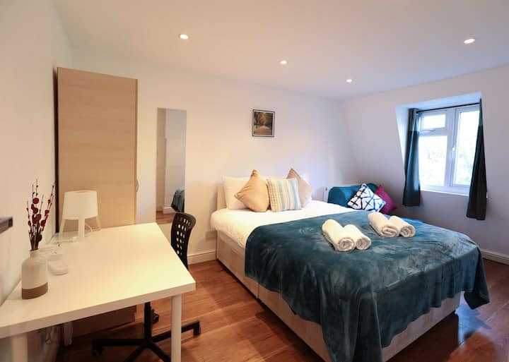 Master Triple Bedroom in London Euston (11)
