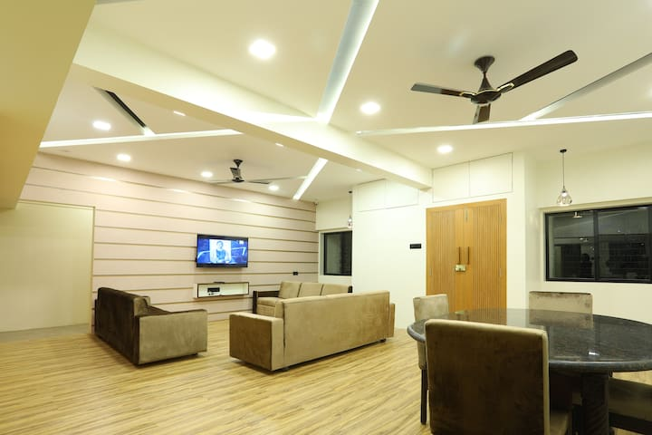 Luxury room in Dadar near station