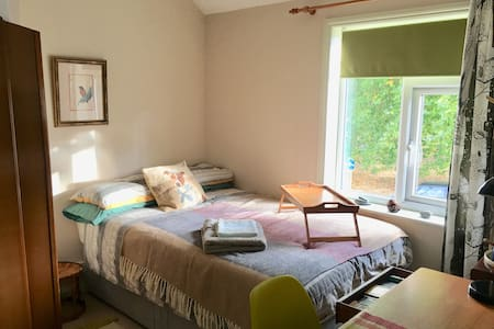 Sunny Double room in Peaceful Family Home