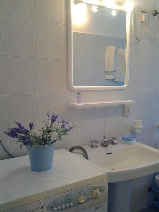 Bathroom with washing machine - bagno con lavatrice
