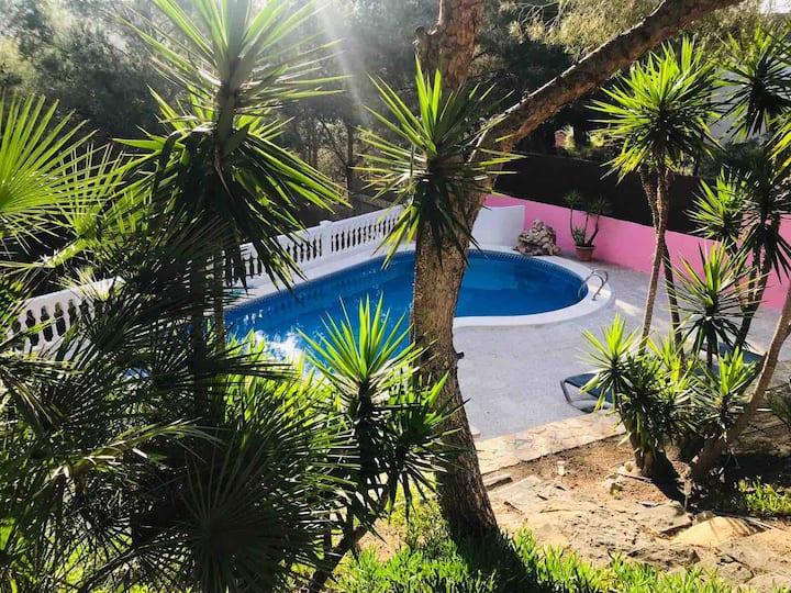 Casa de madera con piscina, en plena naturaleza.
