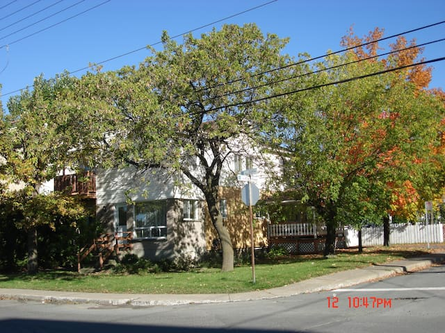 Cozy and Quiet Rooms in a Single House - Longueuil - House