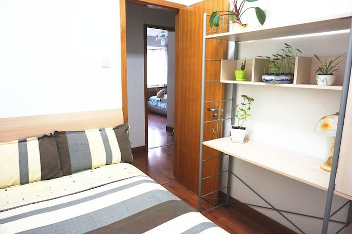 130cm*200舒适单人床,伸手就可以够着台面