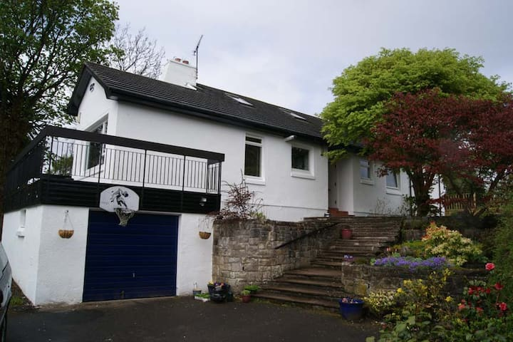 5-Bedroom Garden Villa Sleeps 16 - Milngavie