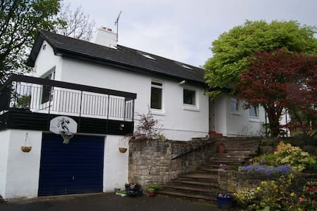 5-Bedroom Garden Villa Sleeps 15 - Milngavie