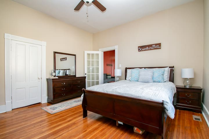 Lovely Historic Roanoke Flat - Pet Friendly!