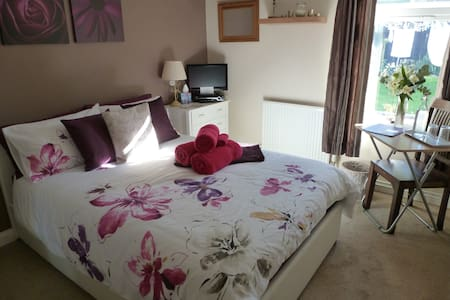 Comfy, Modern & Fully Accessible Double Bedroom - Bungalow