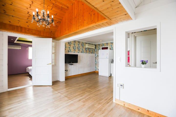 넓고 조용한 풍경과 자연 속 객실분리형 휴식공간인 레오(2층) 객실