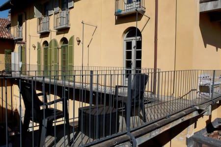 Piazza del Duomo, tetti e colline - Alba