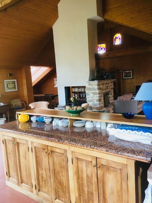 Le bar ouvert sur la pièce à vivre