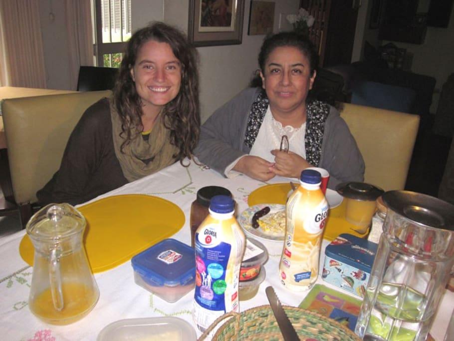Alice, de Irlanda. Estuvo muy a gusto en casa y disfrutó del desayuno y la velocidad de internet- Con la anfitriona Fany