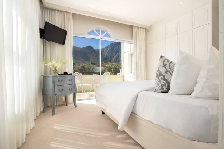 Hermanus Beachfront Lodge - Mountain Room
