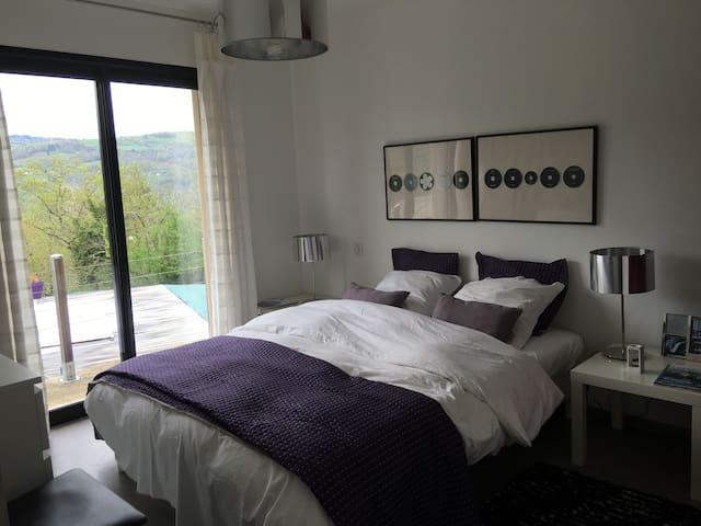 Chambre aubergine :  couchage 160cm