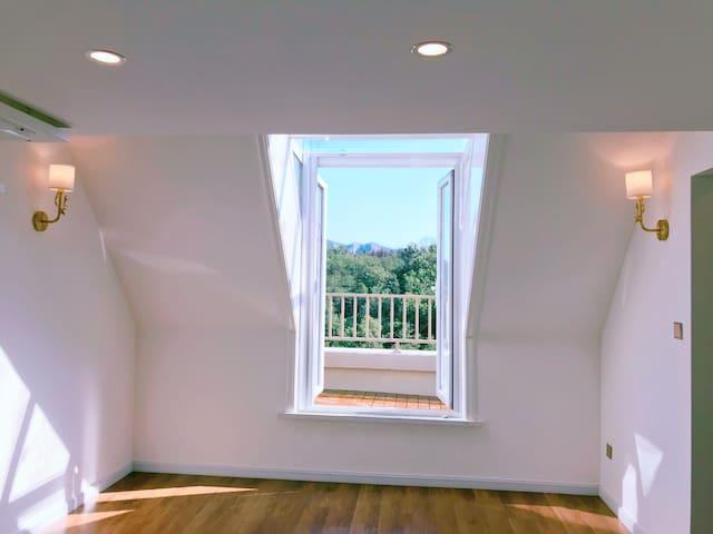 二楼三楼loft设计,网红款白色旋转楼,配置豪华衣帽间,法式浪漫双开门,开启度假模式,饱览窗外美景