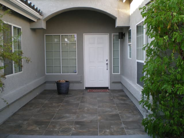 Fully Furnished 3BR 2BA with Media Room & SPA - Cathedral City - Casa