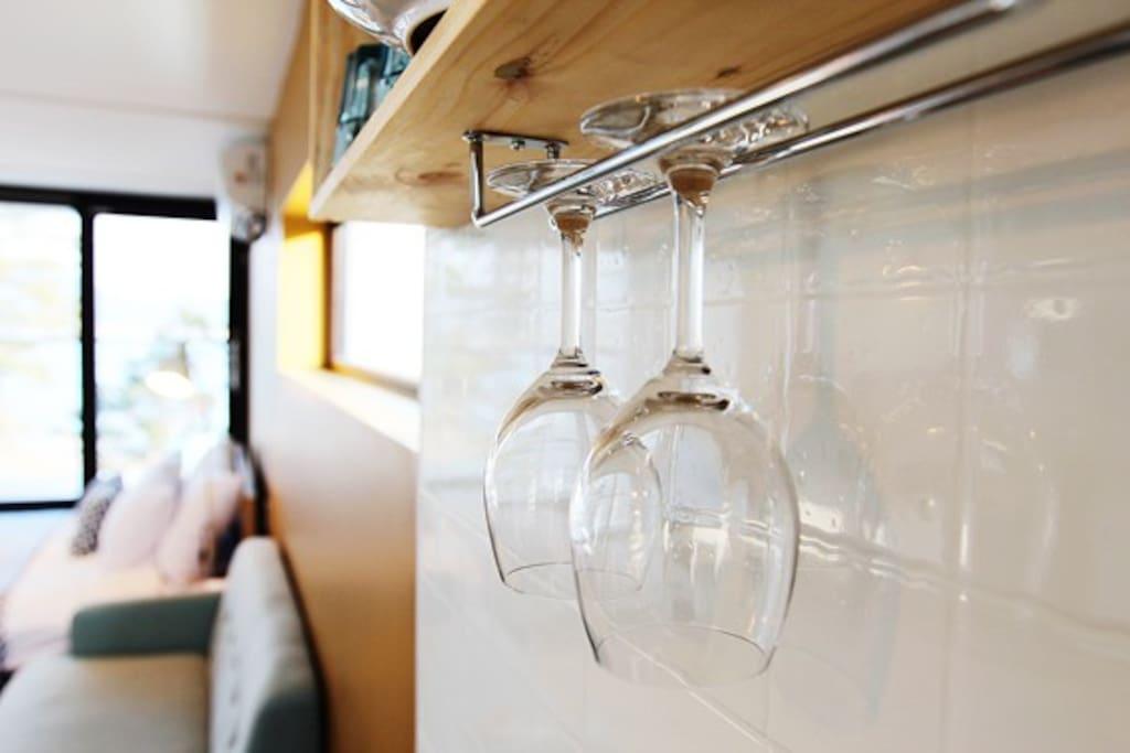 객실마다 와인잔이 구비되어 있습니다! 펜션의 이름인 맘마논맘마는 '사랑한다 사랑하지 않는다' 라는 이탈이아 어로서 이탈리아 토스카나 지역의 와인이름에서 따온것 입니다.