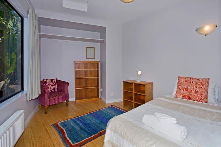 Bedroom 3: Queen + Single bed