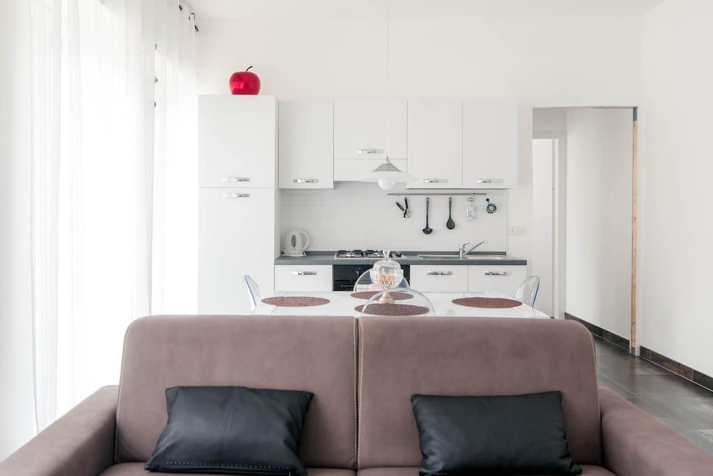 semprecucina e soggiorno con divanoletto matrimonialr
