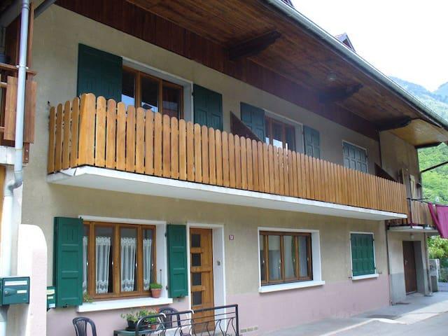 Appartement - balcon ensoleillé - Village typique - Marlens - Appartement