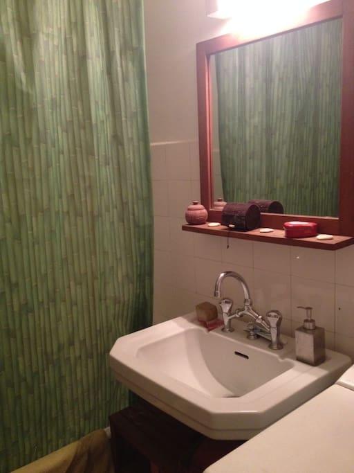 Une salle de bain avec baignoire, équipée d'une machine à laver