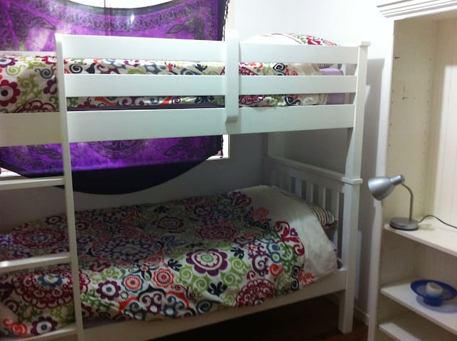 This room has bunks, great for kids - Brookvale - Hus