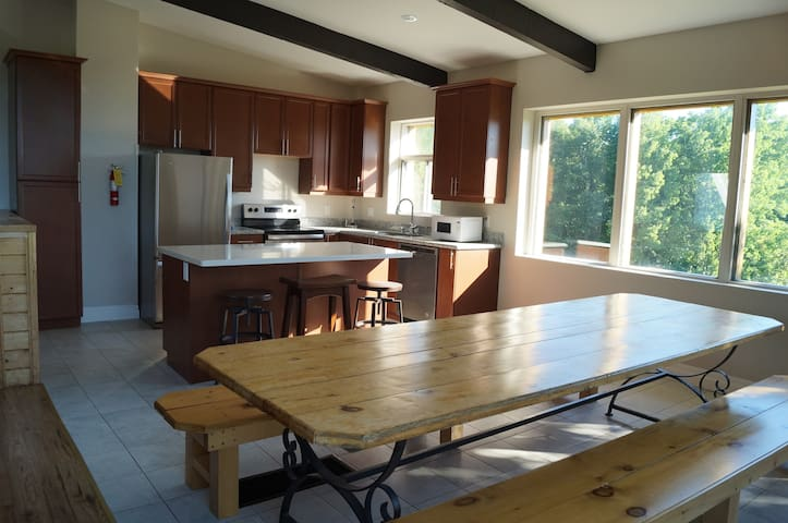 8R Mountainside Sunny Chalet - 6 Bedrooms, 3 Baths