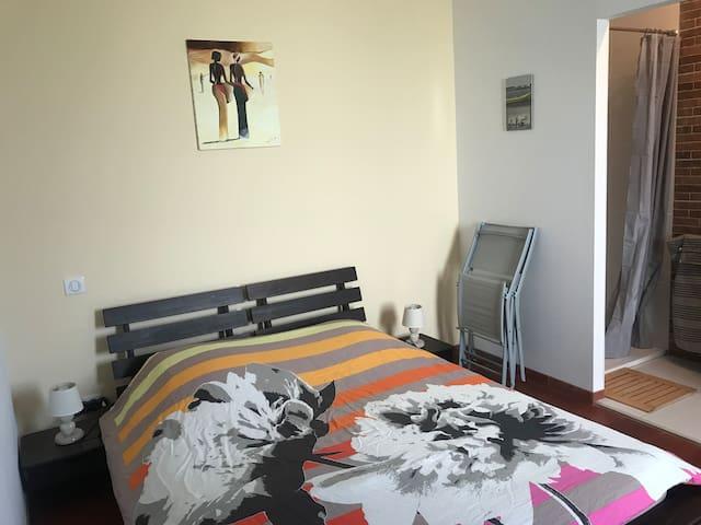 Photo de la suite parentale (véritable lit deux places) avec deux chaises pliantes à dispositions