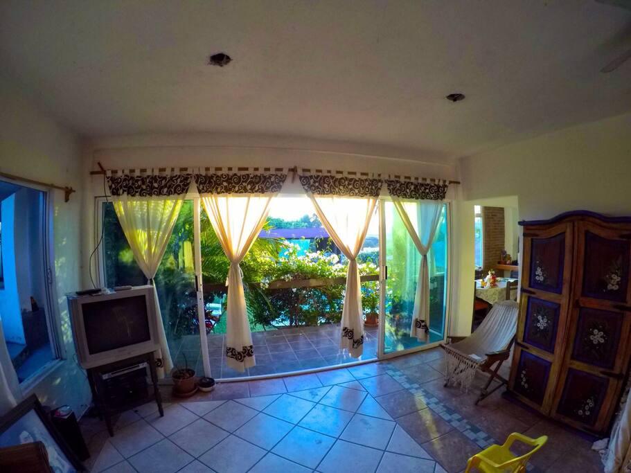 Sala principal con vista a la alberca