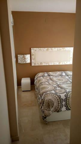 Casa con habitación doble y baño disponible - San Juan de Aznalfarache - Dům