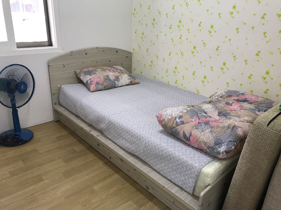 單人床,旁邊是提供第二位旅客的沙發床。The single bed after and the sofa bed could be next to the bed on floor.