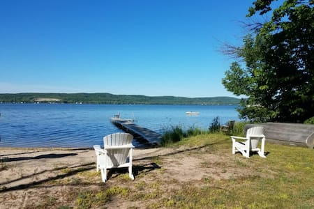 Cute, dog-friendly lake cottage w/ free WiFi, full kitchen, & private gas grill!