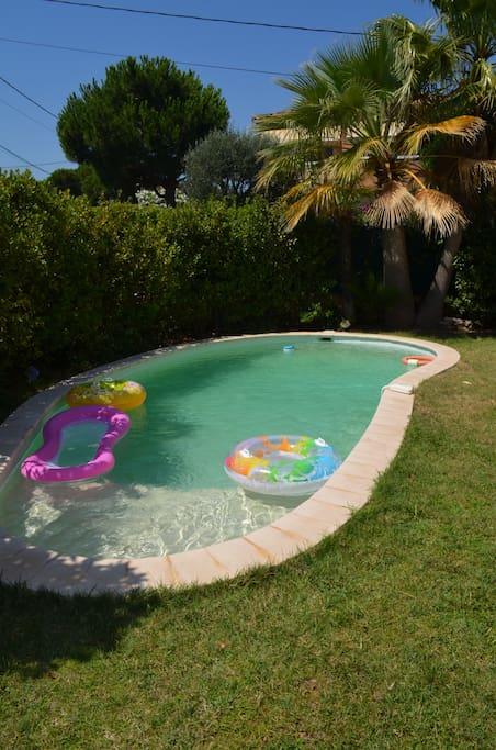 Agréable piscine,  plage à faible profondeur; transats et parasols à disposition