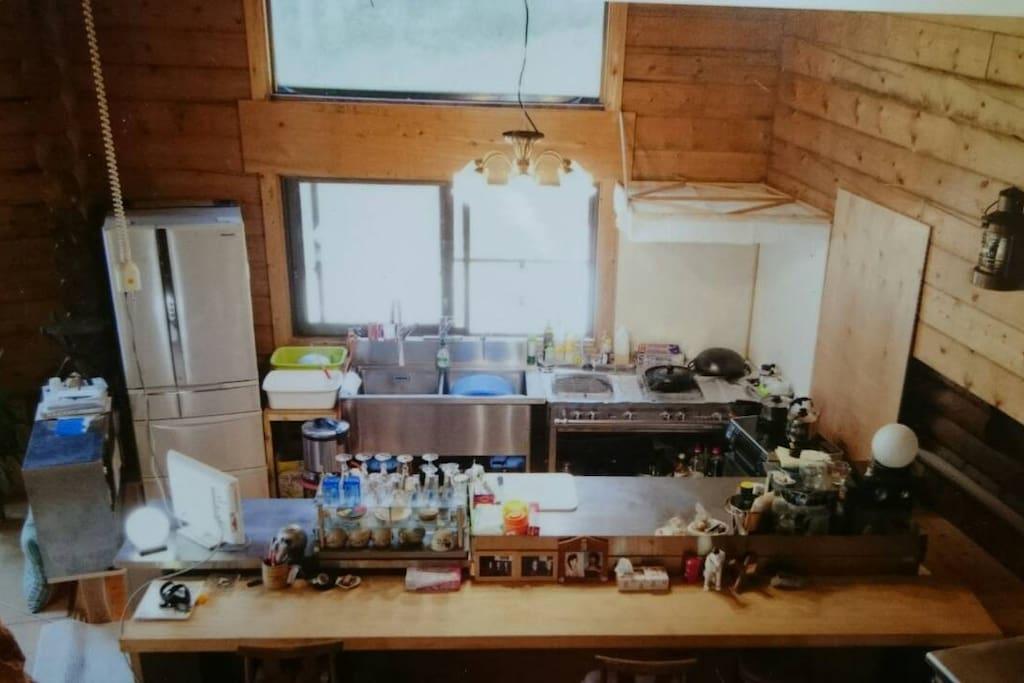 キッチン、食材を持って来て頂けましたら、ご自分で作っていただくもよし、オーナーのToshiharuにお任せいただくもよしです。
