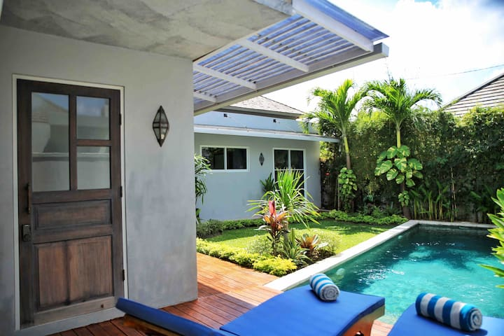 Pool deck with 2 sun beds