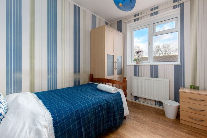 Amazing room walking distance to London Excel
