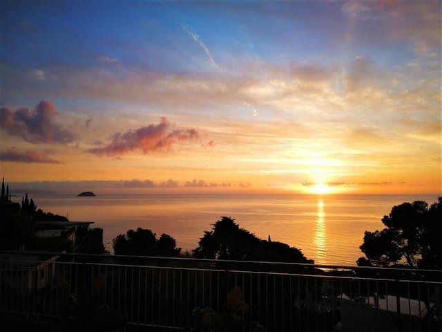 Splendido ed ampio trilocale vista mare Laigueglia