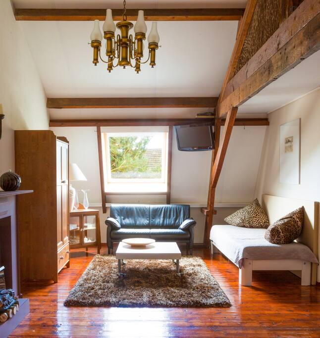 Zit/slaapgedeelte waar 1 eenpersoons bed aanwezig is, eventueel een tweede volwaardig aupingbed geplaatst wordt.