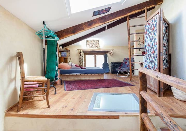 chambre dans une maison écologique.