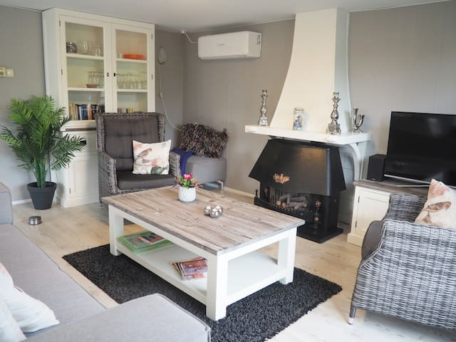 Royale, luxe vakantie-bungalow (70m2) met airco.