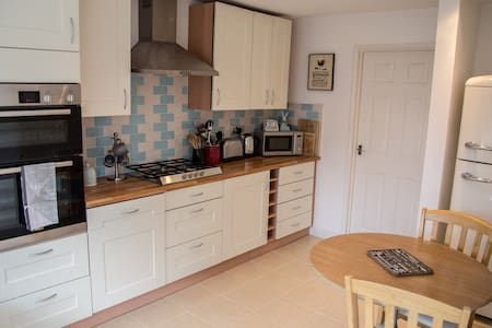 Spacious 3 bed house with parking - Royal Leamington Spa