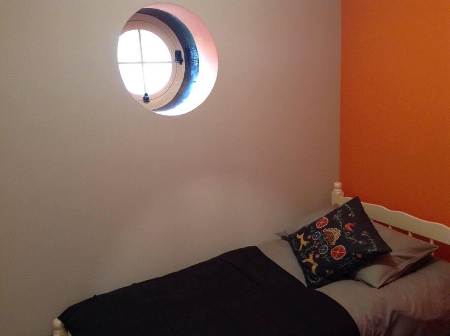 Single room with sweet round window