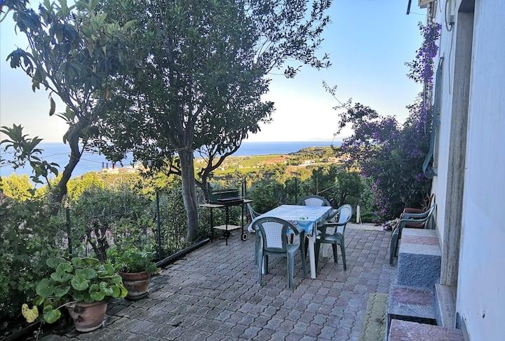Villa con giardino vista mare tra storia e relax