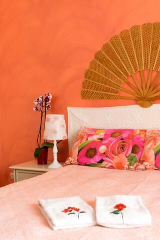 Camera matrimoniale con balcone vista maree bagno interno,climatizzata,dotata di frigo e tv e possibilità di aggiungere un terzo letto.