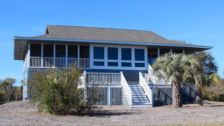 Great Location! Walk to Beach/Club! Screened in Porch w/ Ocean View! Sleeps 8!