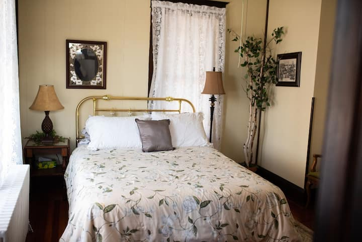 Beth's Bungalow- The Ivy Room
