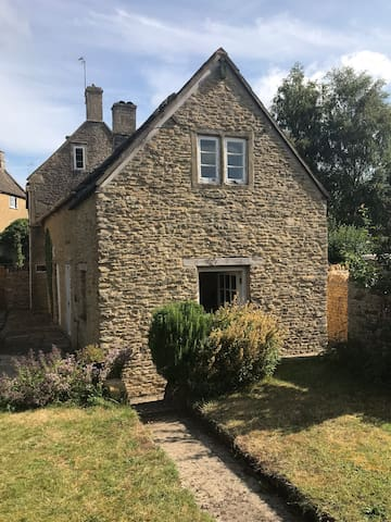 Traditional Cotswold cottage with 3 double beds