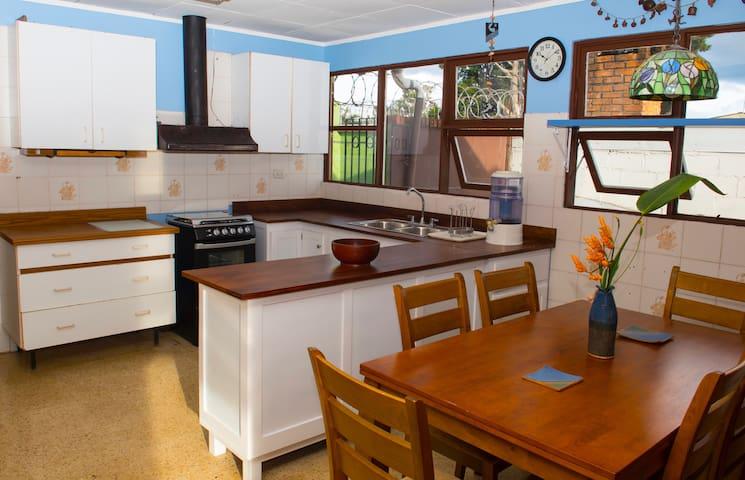COCINA Y COMEDOR ADICIONAL,  es muy amplia y posee un comedor propio, además de electrodomésticos, cocina a gas, y otros enseres de cocina.