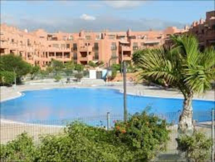 Zonas de jardines, solárium, piscina infantil y de adultos.
