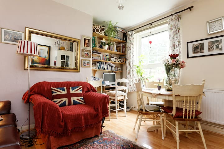 Cosy room,Greenwich , 3minsDLR/Rail way station.